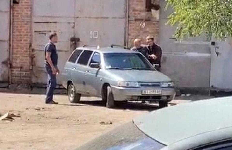 უკრაინაში, ქალაქ პოლტავაში ხელყუმბარით შეიარაღებულმა მამაკაცმა პოლიციის უფროსი მძევლად აიყვანა