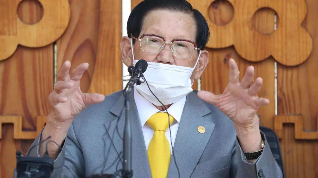 მედიის ცნობით, კორონვირუსთან ბრძოლის შეფერხების ბრალდებით, სამხრეთ კორეაში საიდუმლო რელიგიური სექტის ლიდერი დააკავეს