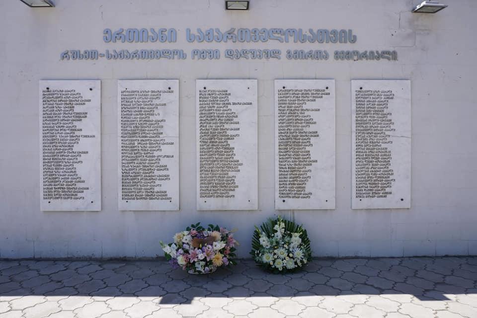 თეა ახვლედიანმა გორში რუსეთ-საქართველოს ომში დაღუპული გმირების ხსოვნას პატივი მიაგო და მემორიალი ყვავილებით შეამკო
