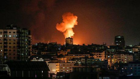 """Yerli medianın məlumatına görə, İsrail hərbi aviasiyası Qəzza bölməsində """"Hamasın"""" mövqelərini bombaladı"""