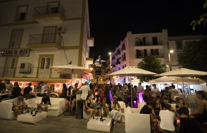 ესპანეთში ღამის კლუბები იხურება, ქუჩაში კი დისტანციის დაცვის გარეშე მოწევა იკრძალება