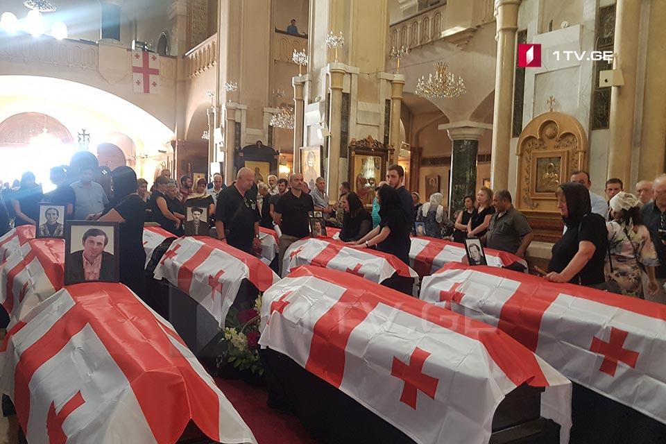 В соборе Святой Троицы проходит гражданская панихида по погибшим во время конфликта в 1992-1993 годах и идентифицированным 13 лицам
