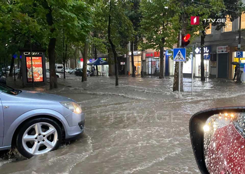 ქუთაისში წვიმის შედეგად ცენტრალური ქუჩები დაიტბორა