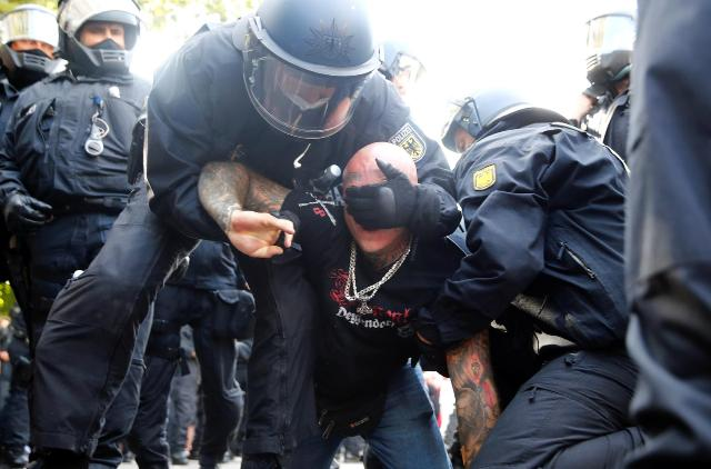 ბერლინში კორონავირუსთან დაკავშირებული შეზღუდვების მოწინააღმდეგეთა აქცია პოლიციამ დაშალა