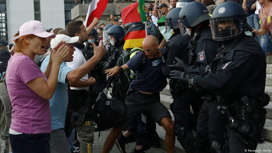 ბერლინის პოლიციის ცნობით, კორონავირუსთან დაკავშირებული შეზღუდვების მოწინააღმდეგეთა აქციის მონაწილეებმა რაიხსტაგში შეღწევა სცადეს