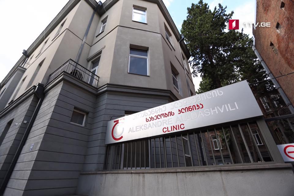 ალადაშვილის სახელობის კლინიკის ექიმის განცხადებით, აფეთქების შედეგად დაშავებულ 33 წლის მამაკაცს სიცოცხლისთვის შეუთავსებელი ჭრილობები არ აქვს