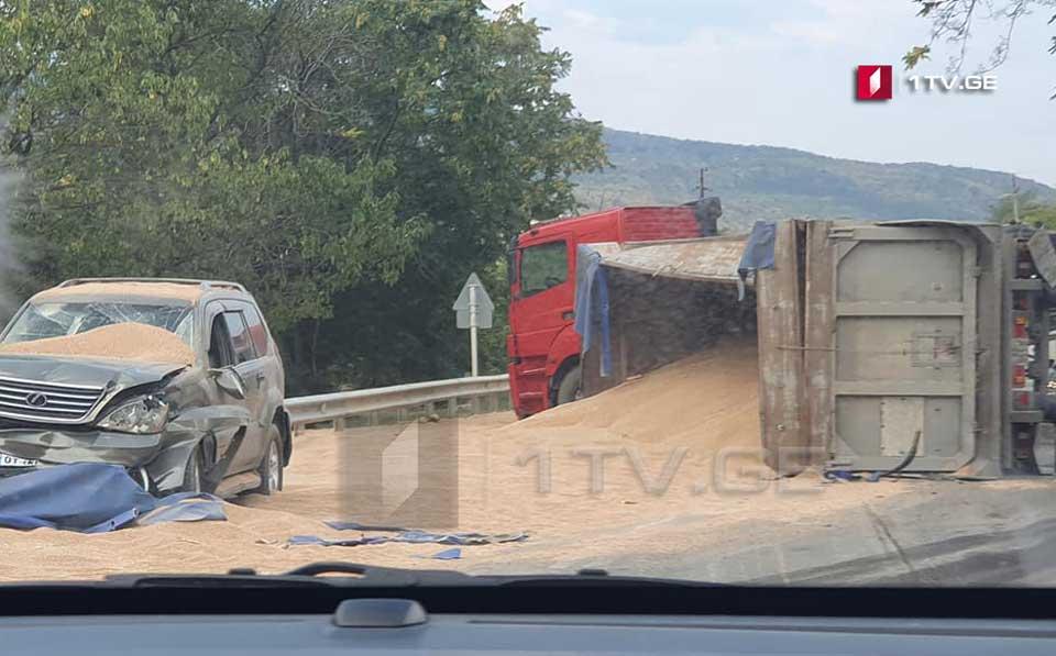 У Жинвали перевернулся грузовик