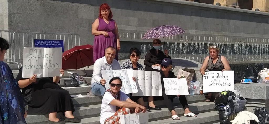 Перед зданием парламента проходит голодовка с требованием всеобщей амнистии