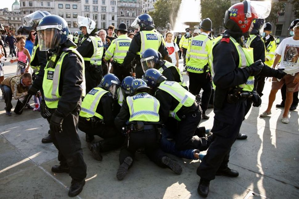 ლონდონში პანდემიის გამო დაწესებული შეზღუდვების მოწინააღმდეგეთა აქციაზე 32 ადამიანი დააკავეს