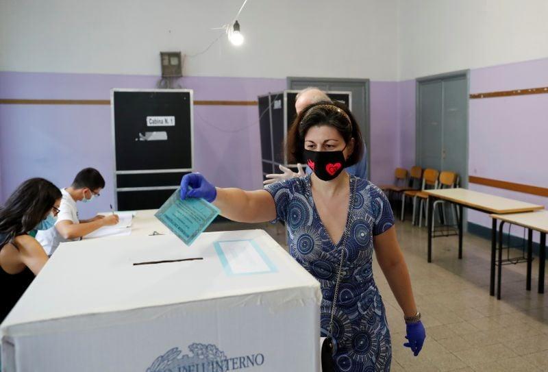 იტალიაში საკონსტიტუციო რეფერენდუმი და რეგიონული არჩევნები მიმდინარეობს