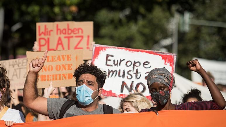 გერმანიაში აქციის მონაწილეები ევროკავშირისგან მორიას ბანაკში დარჩენილი მიგრანტების დახმარებას ითხოვენ