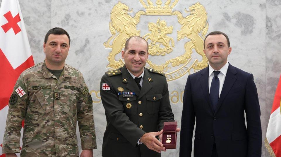 """ირაკლი ღარიბაშვილმა ავღანეთის მისიის შესრულებისას მძიმედ დაჭრილი სამხედრო ივერი ბუაძე """"მხედრული მამაცობისთვის"""" უწყებრივი მედლით დააჯილდოვა"""