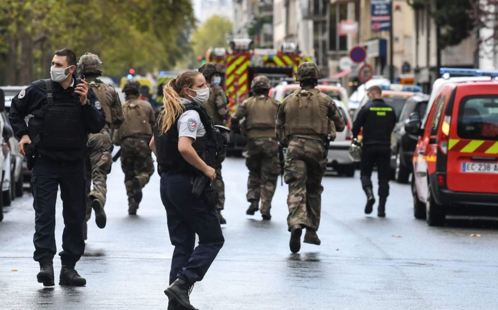 """თავდამსხმელი, რომელმაც პარიზში, """"შარლი ებდოს"""" ძველ ოფისთან ოთხი ადამიანი დანით დაჭრა, პოლიციამ დააკავა"""