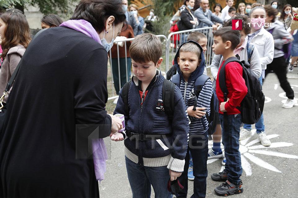 Վրաստանում, բացառությամբ մի քանի շրջանների, առաջինից մինչև վեցերորդ դասարանը ներառյալ աշակերտները վերադարձան դասասենյակներ (ֆոտո)