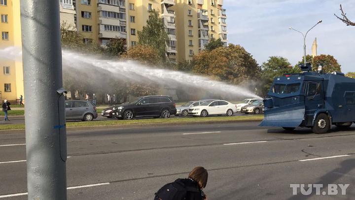 Minskdə aksiyanın dağıdılması üçün su təziqindən istifadə etdilər
