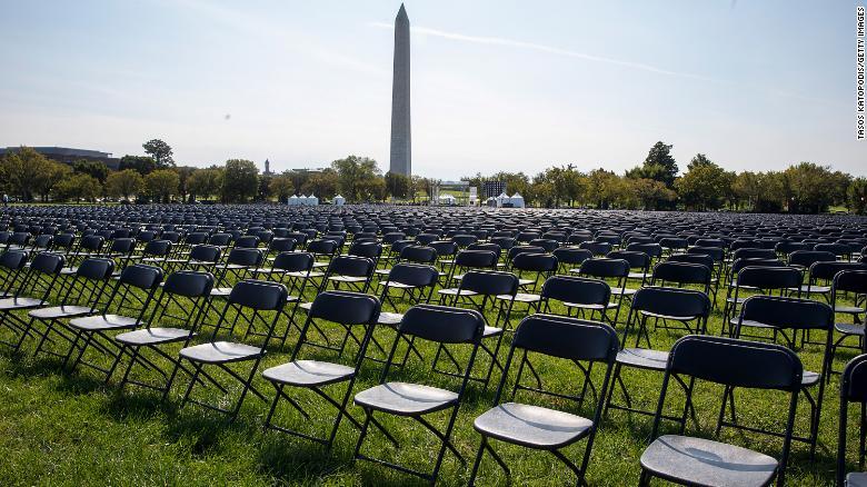 """""""კოვიდ-19""""-ით გარდაცვლილთა ხსოვნის პატივსაცემად, თეთრ სახლთან 20 000 სკამი მიიტანეს"""