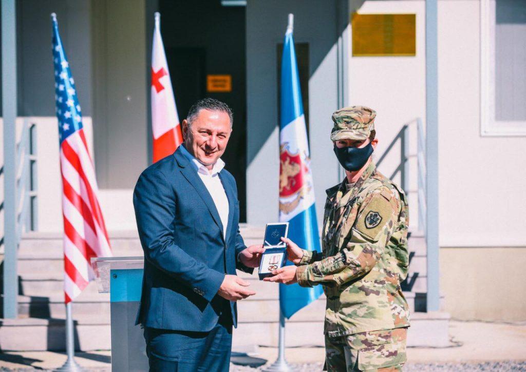 ვახტანგ გომელაურმა აშშ-ის არმიის უფროსი სამხედრო წარმომადგენელი და DTRA-ს ევრაზიის ოფისის უფროსის მოადგილე დააჯილდოვა