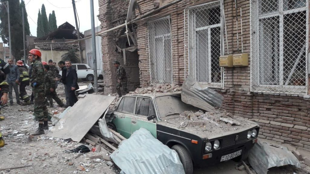 По информации Генпрокуратуры Азербайджана, в ходе боевых действий, начавшихся 27 сентября, погиб 31 мирный житель, 164 были ранены