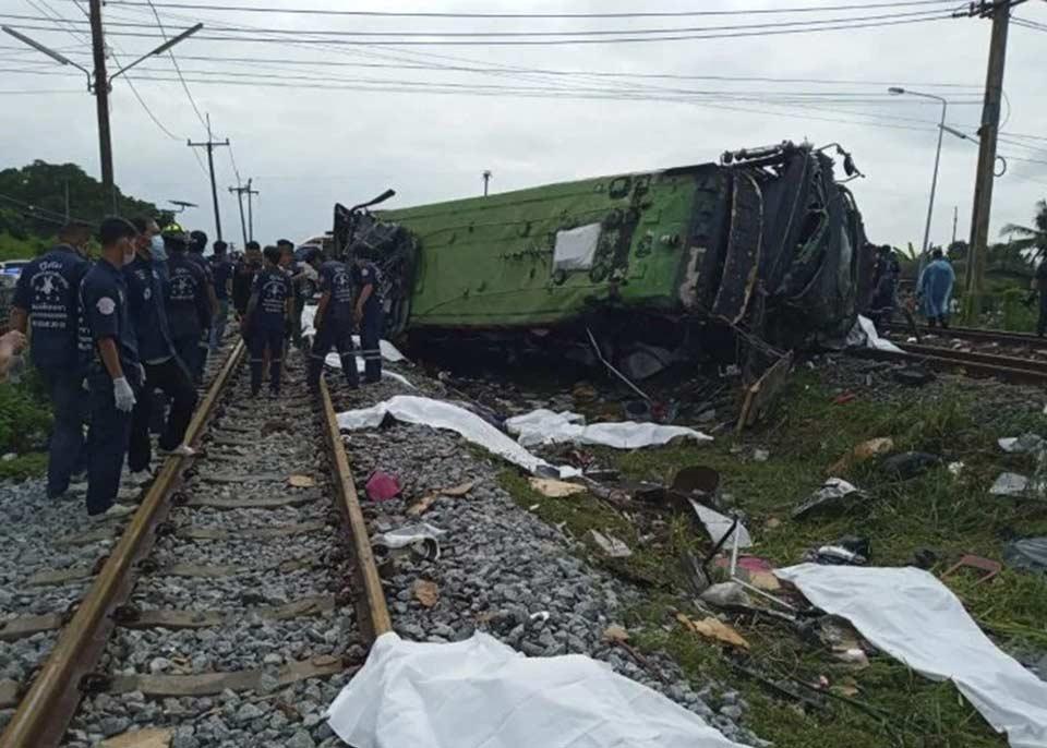 ტაილანდში მატარებლის ავტობუსთან შეჯახების შედეგად სულ მცირე 17 ადამიანი დაიღუპა