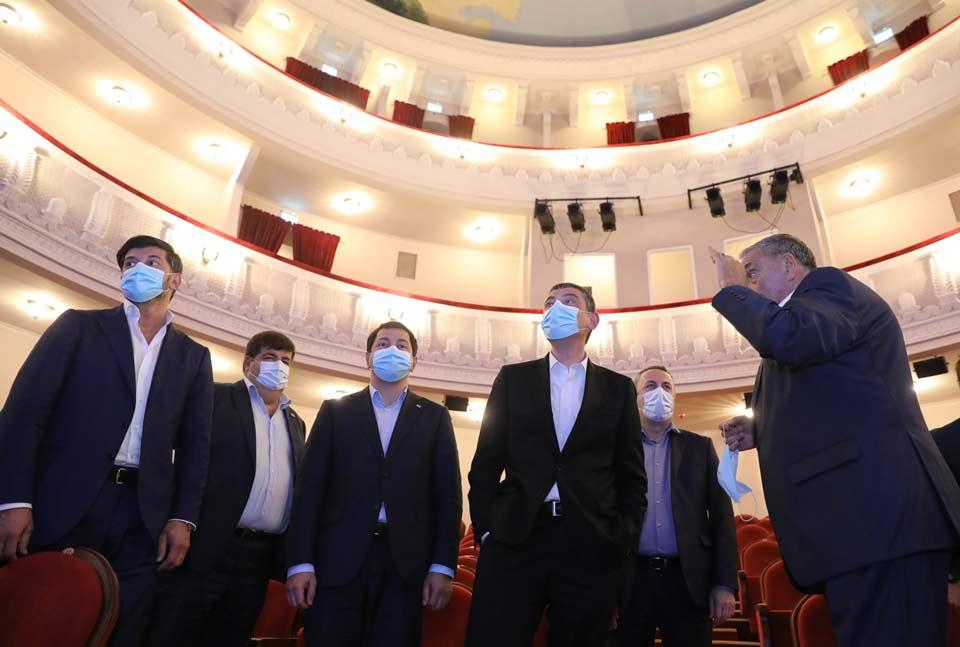 """""""ქართული ოცნების"""" ლიდერები ოზურგეთის სახელმწიფო დრამატული თეატრის სარეაბილიტაციო სამუშაოებს გაეცნენ, რომელიც ფონდმა """"ქართუმ"""" განახორციელა"""
