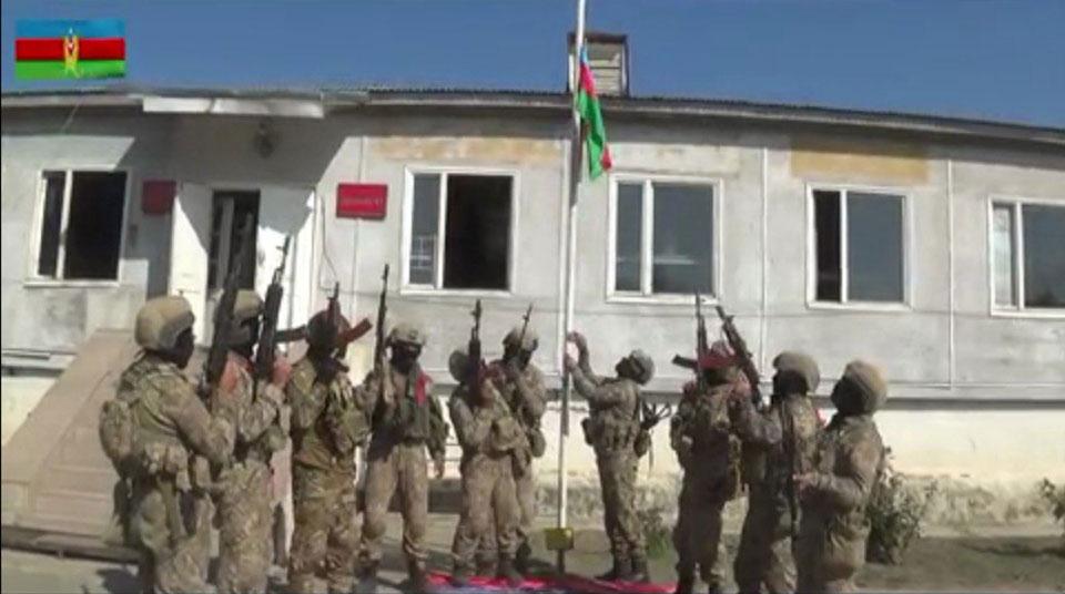 Azərbaycan hakimiyyətinin məlumatına görə, azad edilmiş Fizulidə hərbçilər Azərbaycan bayrağını ucaltdılar