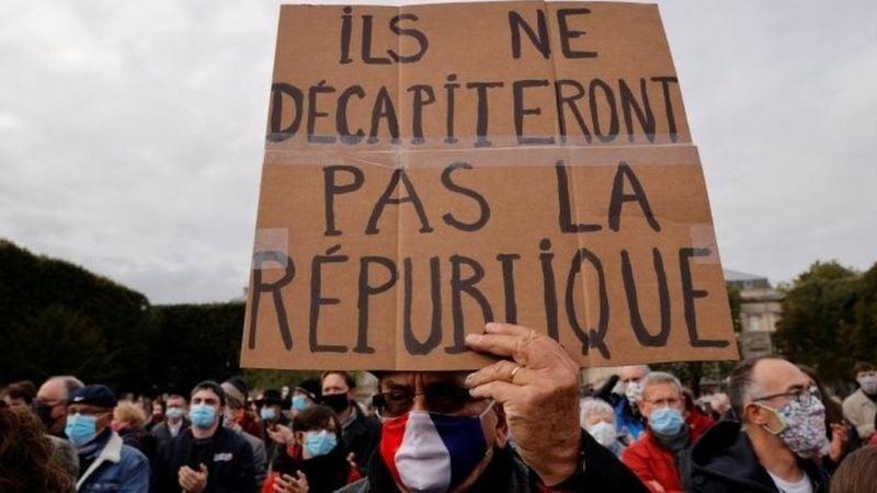 Ֆրանսիայում սպանված դպրոցի ուսուցչի հիշատակը հարգելու նպատակով, Ֆրանսիայի մի քանի քաղաքներում հազարավոր մարդիկ անց են կացրել ցույցեր