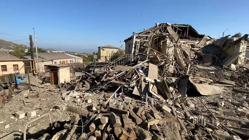 სომხეთის ხელისუფლების ინფორმაციით, აზერბაიჯანის მიერ დაბომბვების შედეგად სომხეთის ტერიტორიაზე სკოლები დაზიანდა