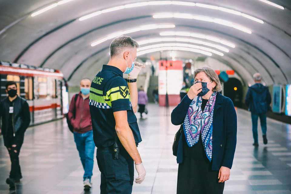 საპატრულო პოლიცია კორონავირუსთან დაკავშირებული წესებისა და რეკომენდაციების აღსრულების მიზნით მეტროსადგურებში მონიტორინგს განაგრძობს