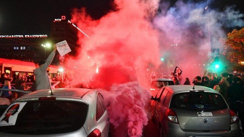 პოლონეთში აბორტების შესახებ კანონის გამკაცრების მოწინააღმდეგეებმა ქუჩები გადაკეტეს