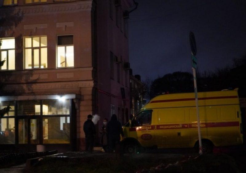 რუსეთში, ომსკის კლინიკებში ადგილების უკმარისობის გამო, სასწრაფო დახმარების მანქანებმა კორონავირუსიანი პაციენტები ჯანდაცვის განყოფილებასთან მიიყვანეს