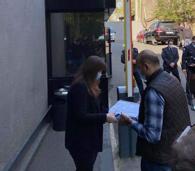 სამოქალაქო აქტივისტებმა გიორგი რურუას გათავისუფლების მოთხოვნით პრეზიდენტის ადმინისტრაციაში 20 ათასი ხელმოწერა შეიტანეს