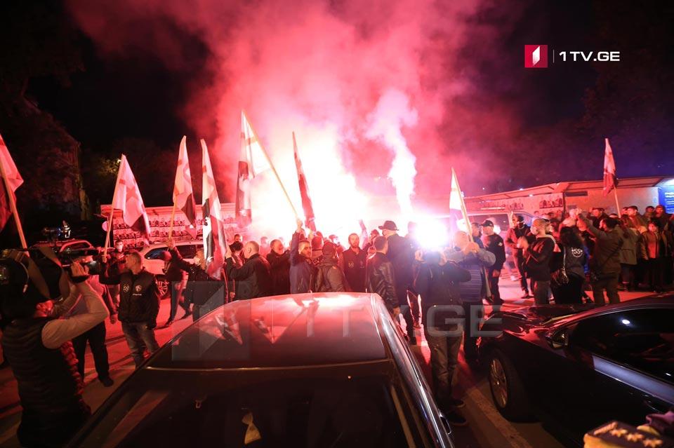 «Грузинский марш» проводит акцию возле офиса «Грузинской мечты»