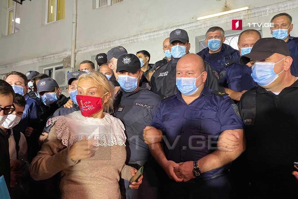 წყალტუბოს 58-ე საოლქო საარჩევნო კომისიასთან ნანუკა ჟორჟოლიანი მხარდამჭერებთან ერთად აქციას მართავს