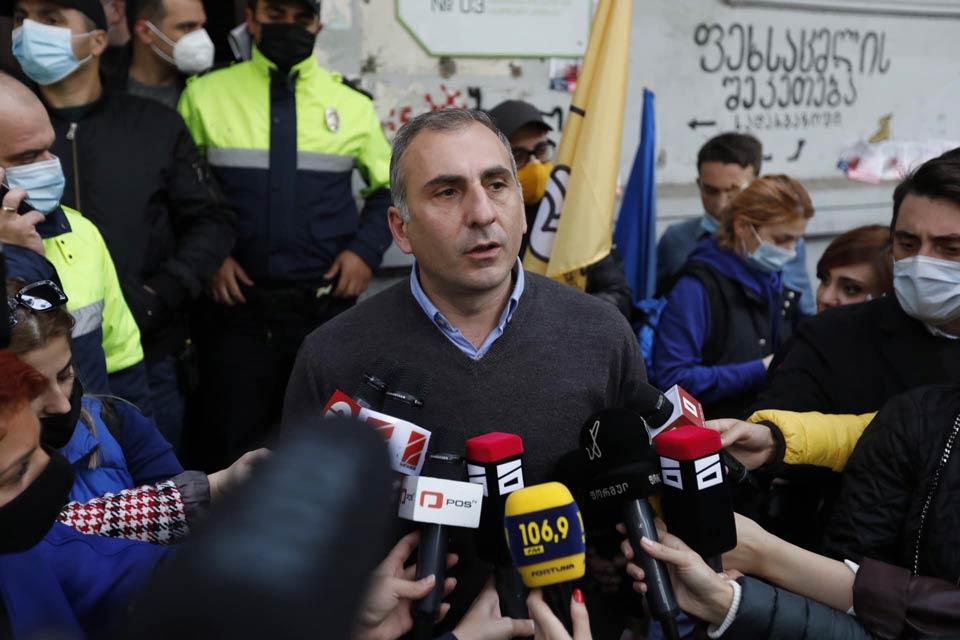 ალეკო ელისაშვილი - გუშინ ძალადობა დაიწყო პოლიციამ, ჩვენ, პოლიტიკურმა ლიდერებმა ძლივს გავაჩერეთ ხალხი, ზოგი არმატურას ისროდა, ზოგი ქვას