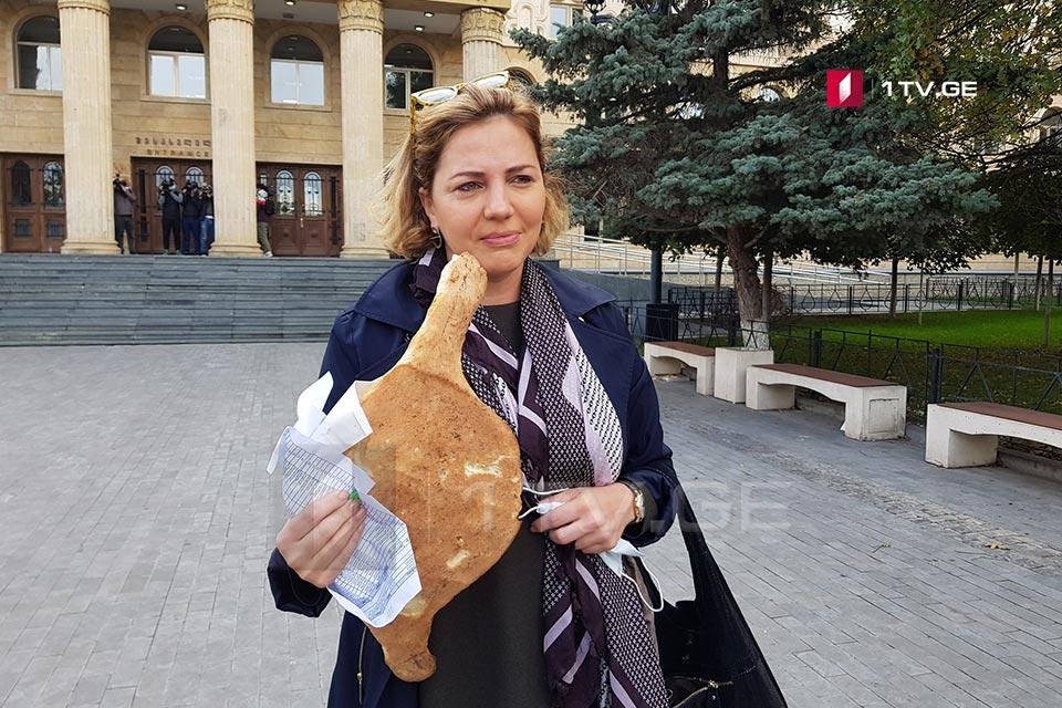 ანა დოლიძე სასამართლოში შოთის პურით მივიდა