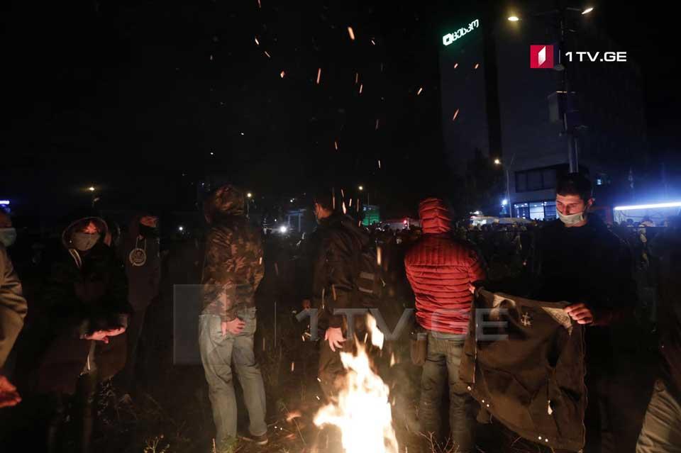 აქციის მონაწილეებმა ცესკო-ს შენობასთან ცეცხლი დაანთეს [ფოტო]