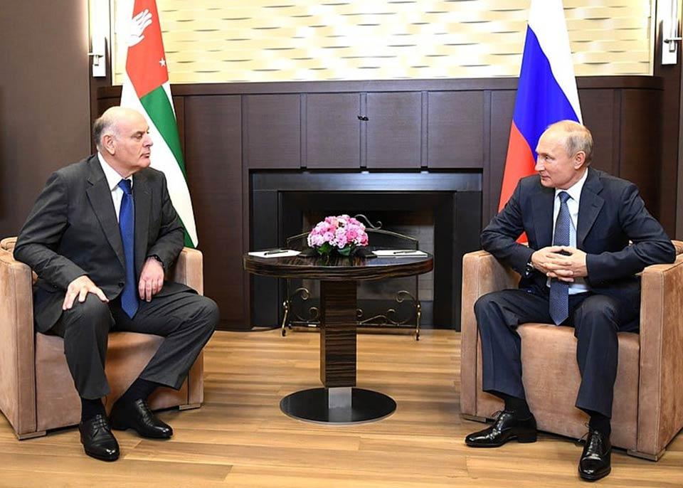 Vladimir Putin Soçidə işğal olunmuş Abxaziyanın qondarma prezidenti, Aslan Bjaniya ilə görüşdü