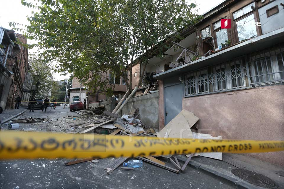 თბილისში, ბესიკის ქუჩაზე, საცხოვრებელი სახლის მეორე სართულზე აფეთქება მოხდა [ფოტო]