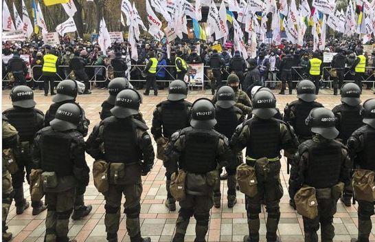 В Киеве, во время акции протеста у здания парламента, произошло столкновение