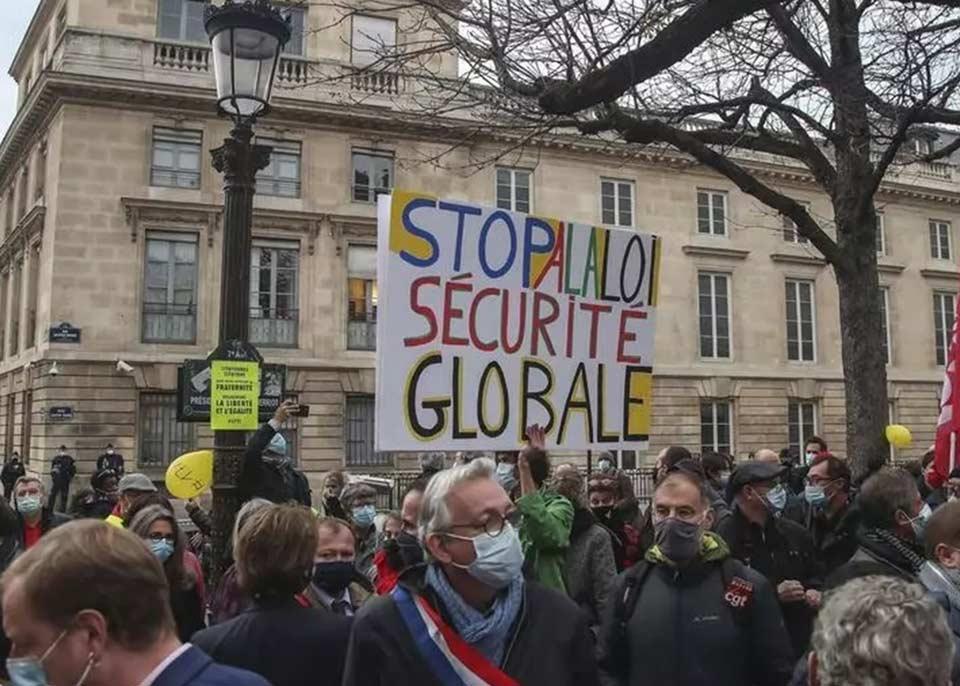 """პარიზში """"გლობალური უსაფრთხოების""""კანონპროექტის წინააღმდეგ საპროტესტო აქცია პოლიციამ წყლის ჭავლითა და ცრემლსადენი აირის საშუალებით დაშალა"""