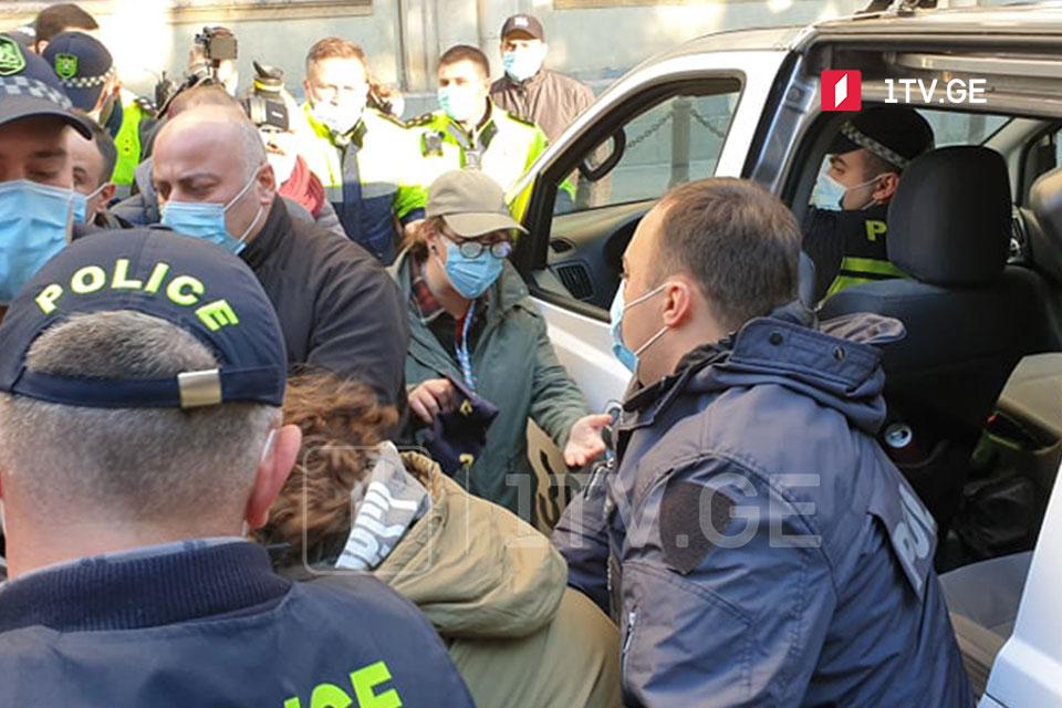 На акции перед парламентом Грузии произошло противостояние, задержано два лица