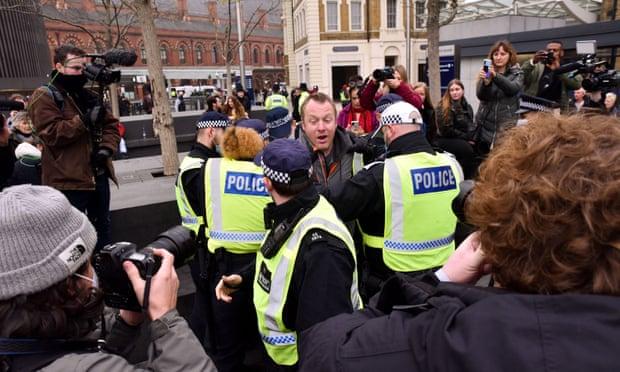 """ლონდონში, """"კოვიდ-19""""-ის გამო დაწესებული რეგულაციების მოწინააღმდეგეების აქციაზე დაკავებულთა რიცხვი 155-მდე გაიზარდა"""