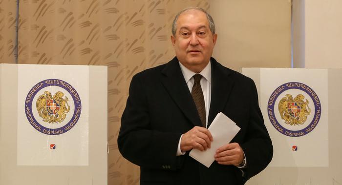 Հայաստանի նախագահը հայտարարում է, որ երկրի ներկայիս նախարարների կաբինետը պետք է հրաժարական տա