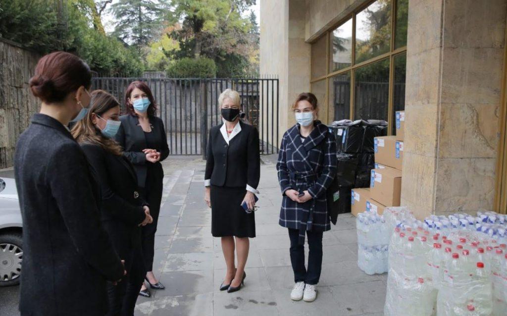 საქართველოში გაერო-ს განვითარების პროგრამის მუდმივმა წარმომადგენელმა, ლუიზა ვინტონმასაჯარო უწყებებს ვირუსისგან დამცავი სამედიცინო აღჭურვილობა გადასცა