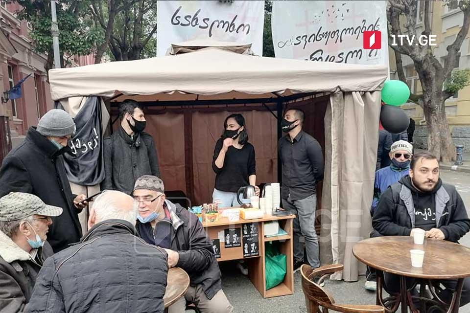Acara hökuməti binası qarşısında aksiya itirakçıları kafe açdılar