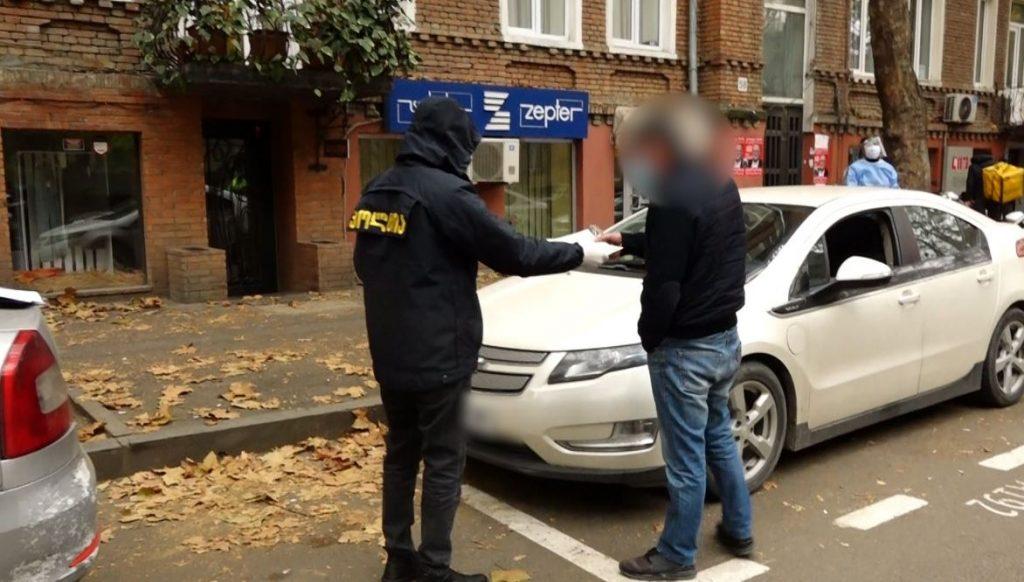 კოვიდინფიცირებული ტაქსის მძღოლი და მისი თანხმლები პირი იზოლაციისა და კარანტინის წესების დარღვევისთვის დააჯარიმეს