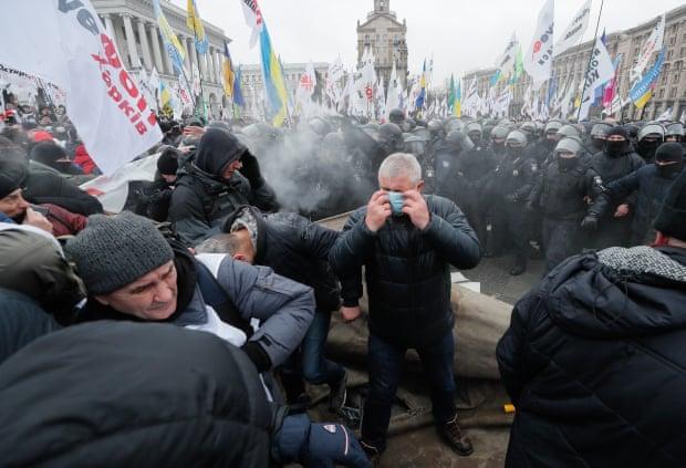 Կիևում կարանտինի դեմ կայացած ցույցի մասնակիցներին ցրելու համար ոստիկանությունը կիրառել է արցունքաբեր գազ