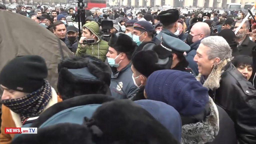 Часть демонстрантов, требующих отставки Никола Пашиняна, установили палатки на Площади Республики в Ереване