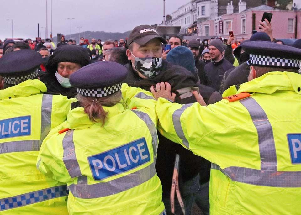 ინგლისის დოვერის პორტში სატვირთო ავტომობილების მძღოლები პოლიციას დაუპირისპირდნენ