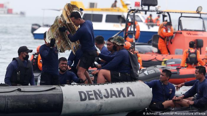 მაშველებმა ინდონეზიაში, იავის ზღვაში ჩავარდნილი სამგზავრო თვითმფრინავიდან შავი ყუთი ამოიღეს